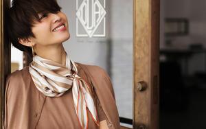 「マッキントッシュ ロンドン」の  スカーフで華やぎを添えて