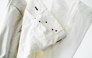 夏の装いに、品よく涼しげな||「白パンツ」が使える!