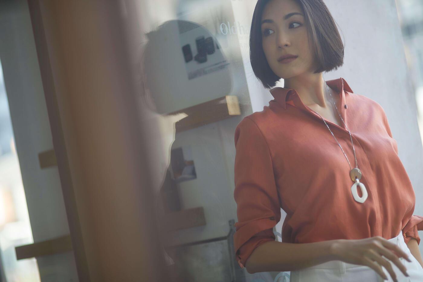 シンプルなのに目に留まる! ||「リネンシャツ」の大人コーデ術とは?