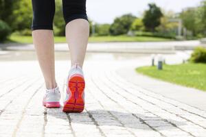 歩いて痩せる!?ウォーキングダイエットのやり方と目安の距離を紹介